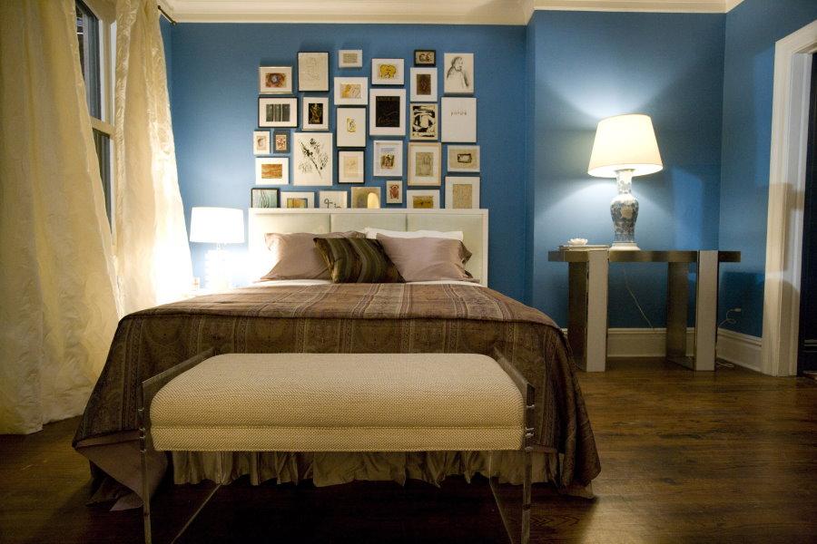 Коричнево-голубая спальня в частном доме