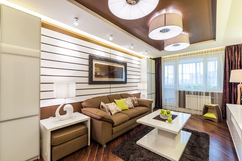 коричневый диван и потолок в гостиной