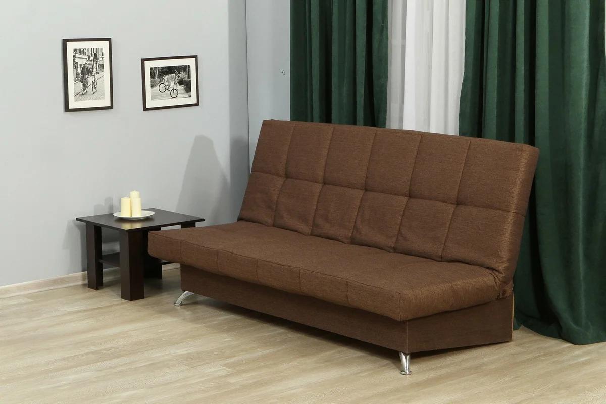 коричневый диван книжка в гостиной
