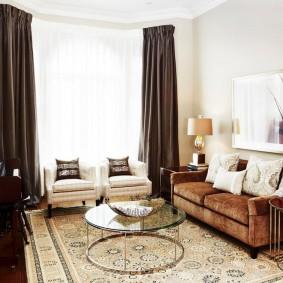 коричневый диван в гостиной декор идеи