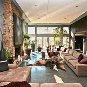 коричневый диван в гостиной идеи декора
