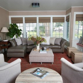 коричневый диван в гостиной интерьер