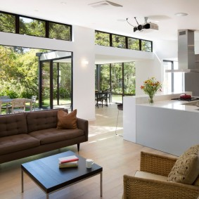 коричневый диван в гостиной интерьер фото