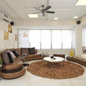 коричневый диван в гостиной обзор