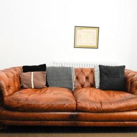 коричневый диван в гостиной виды декора