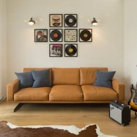 коричневый диван в гостиной виды оформления