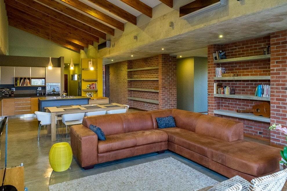 коричневый диван в гостиной лофт