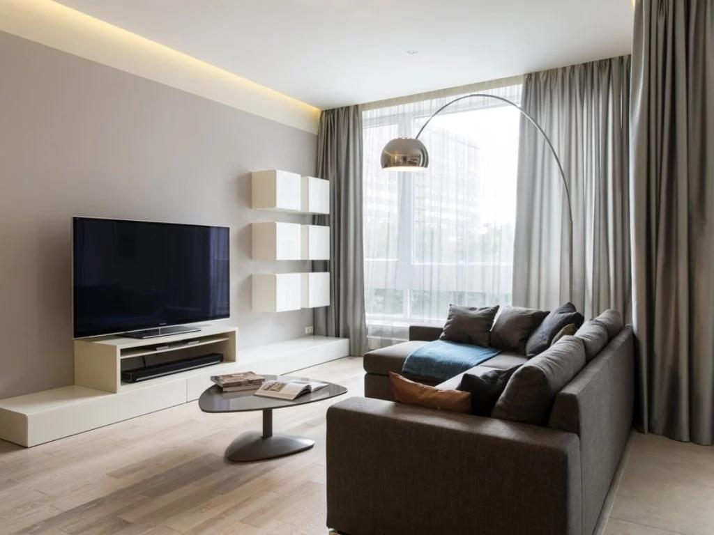коричневый диван в гостиной минимализм