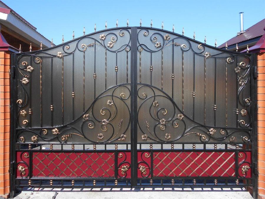 Кованные ворота на участке с кирпичным забором