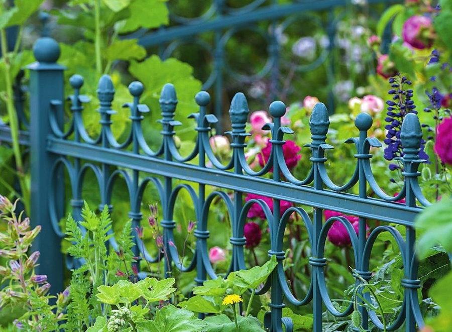 Кованный забор в палисаднике загородного дома