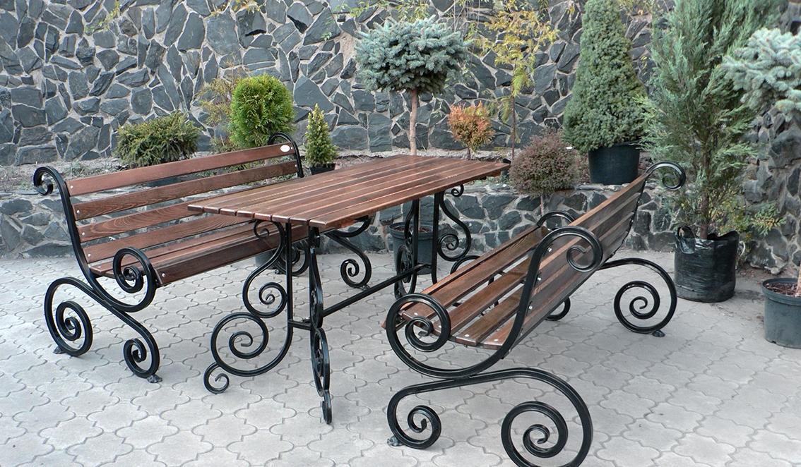 кованые скамейки и стол