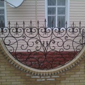 Полукруглая кованная вставка в заборе из кирпича