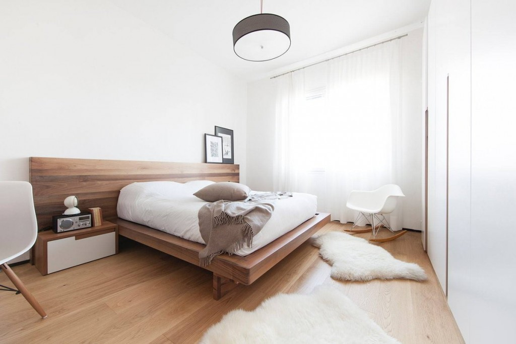 Встроенные шкафы в спальне с белыми стенами