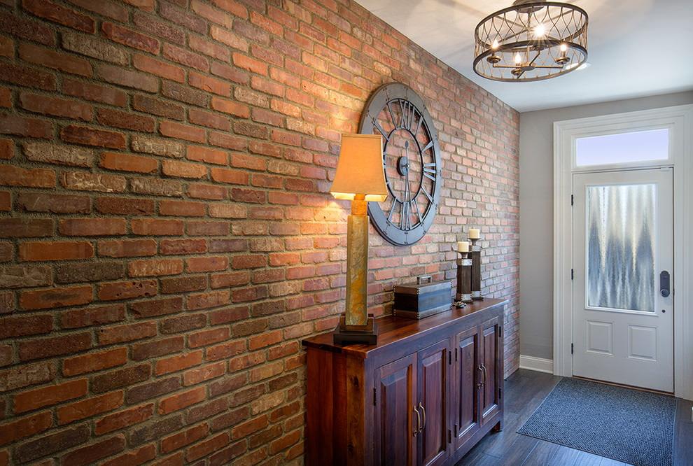 Деревянный комод у стены с кирпичной отделкой