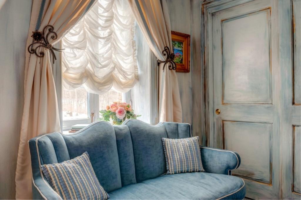 Красивая комбинация штор на окне в гостиной