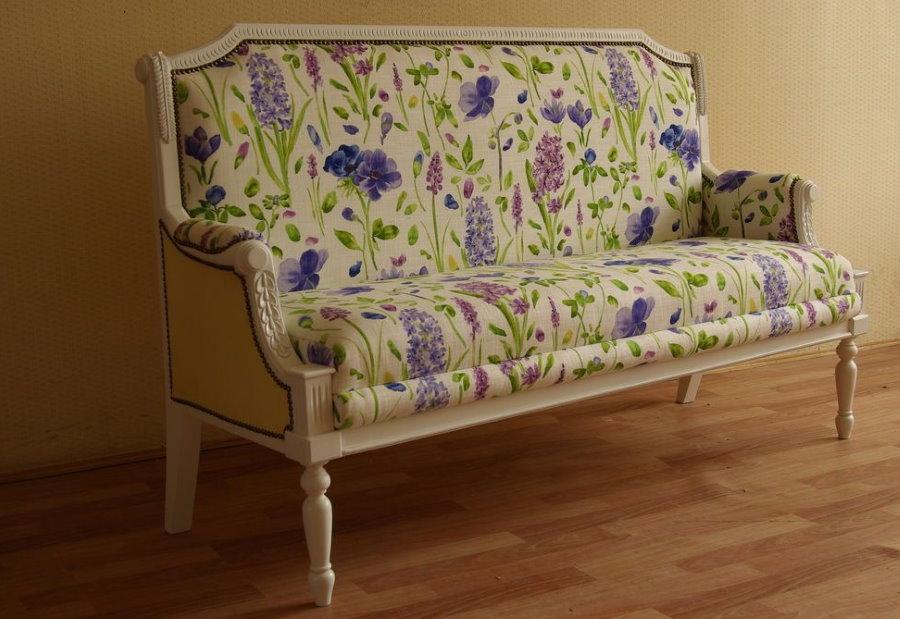 Стильный диванчик с тканевой обивкой у стены в коридоре