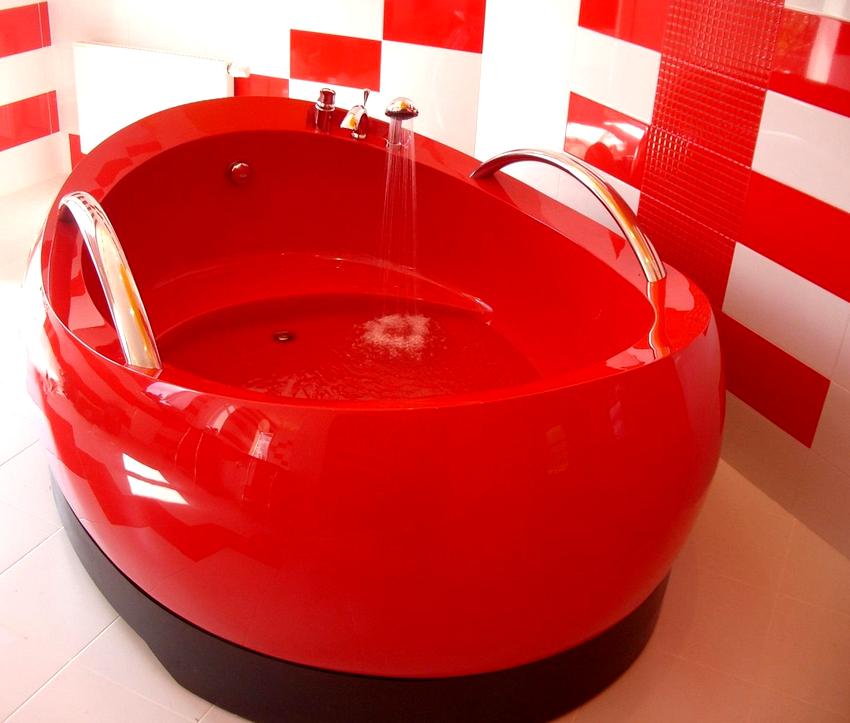 Красная акриловая ванна с удобными поручнями