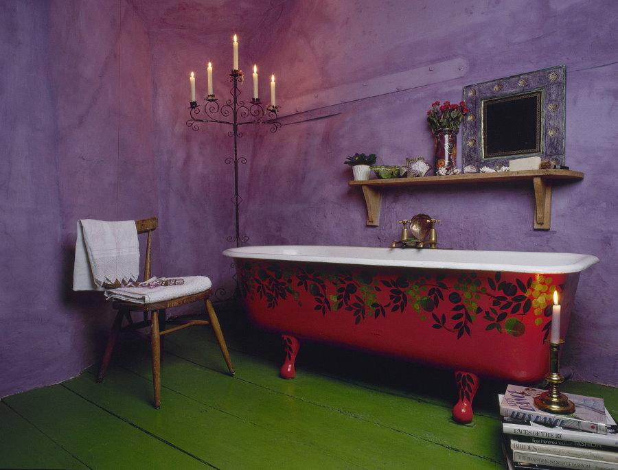 Чугунная ванна красного цвета с росписью