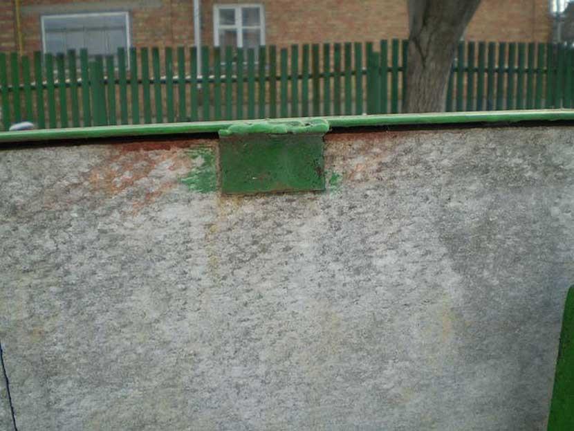 Крепление плоского листа шифера на заборе