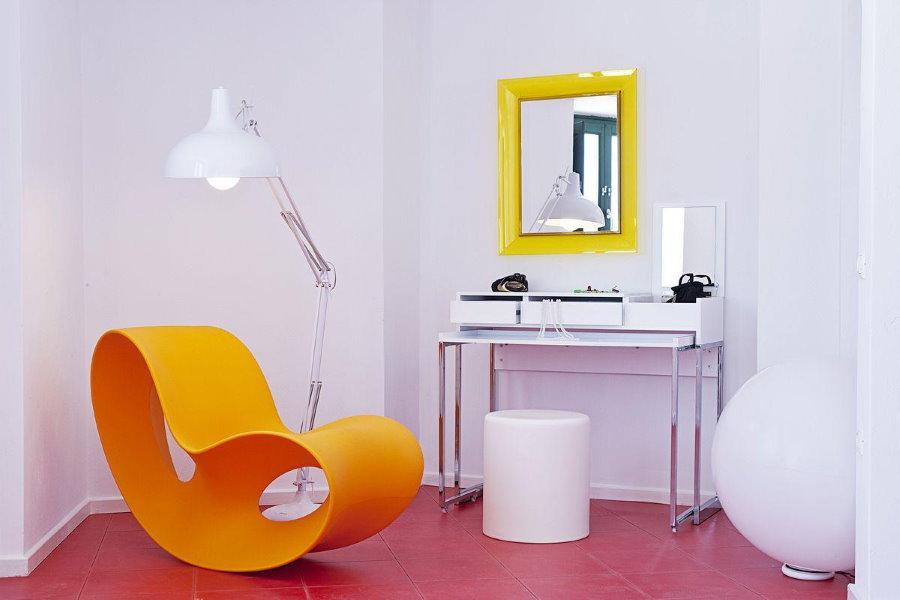 Желтое пластиковое кресло в белой комнате