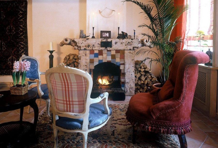 Мягкая мебель в небольшой комнате с камином