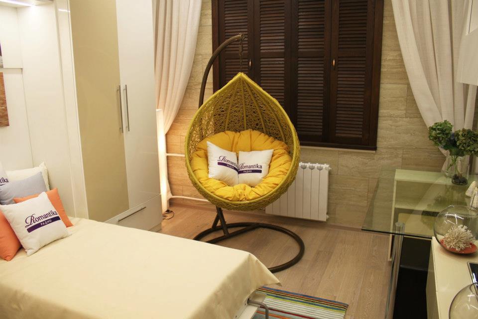 Подвесное кресло на стойке в маленькой спальне