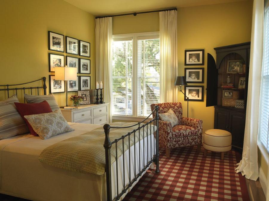 Металлическая кровать в уютной комнате для гостей