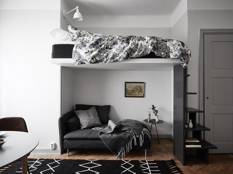 Кровать-чердак в небольшой спальне-гостиной