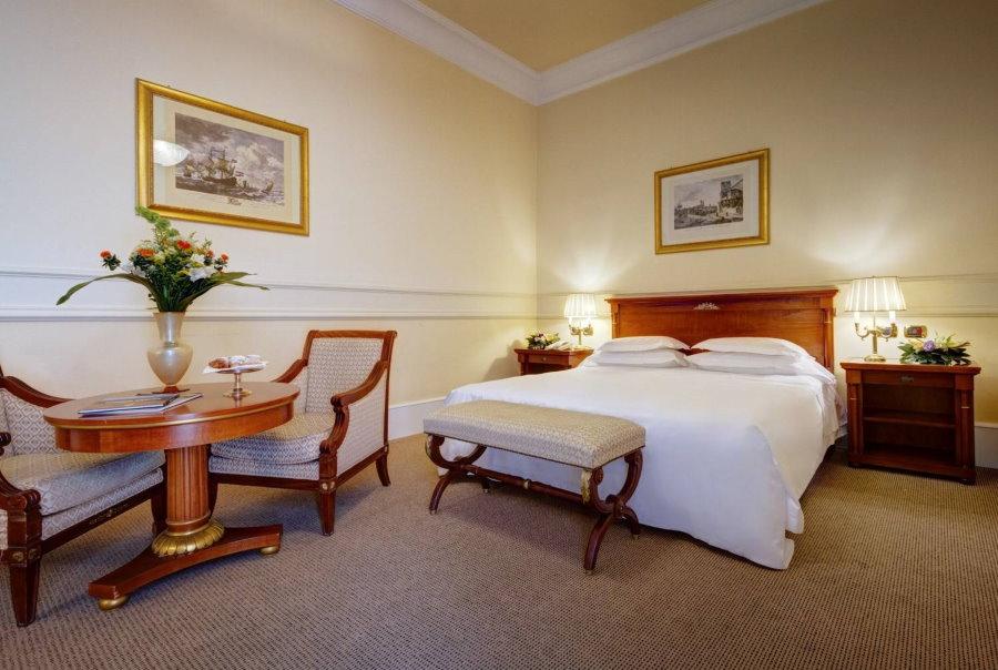 Просторная гостевая комната с двухспальной кроватью