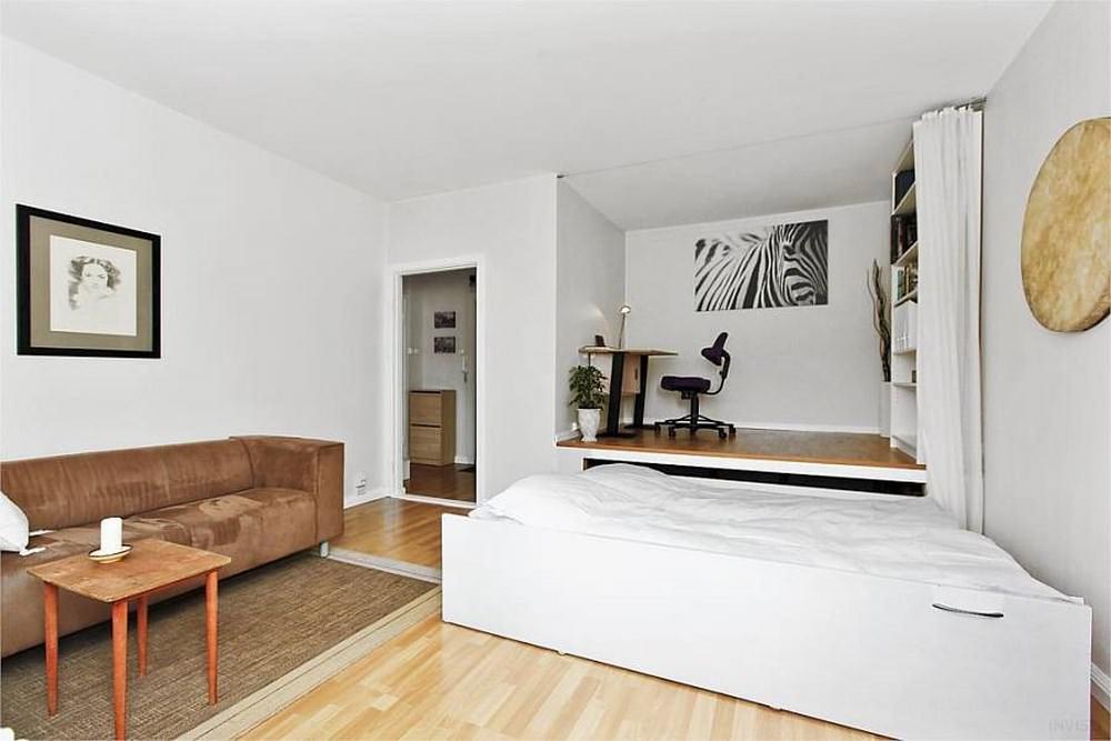 Подиум с выдвижной кроватью в спальне гостиной площадью 15 кв м