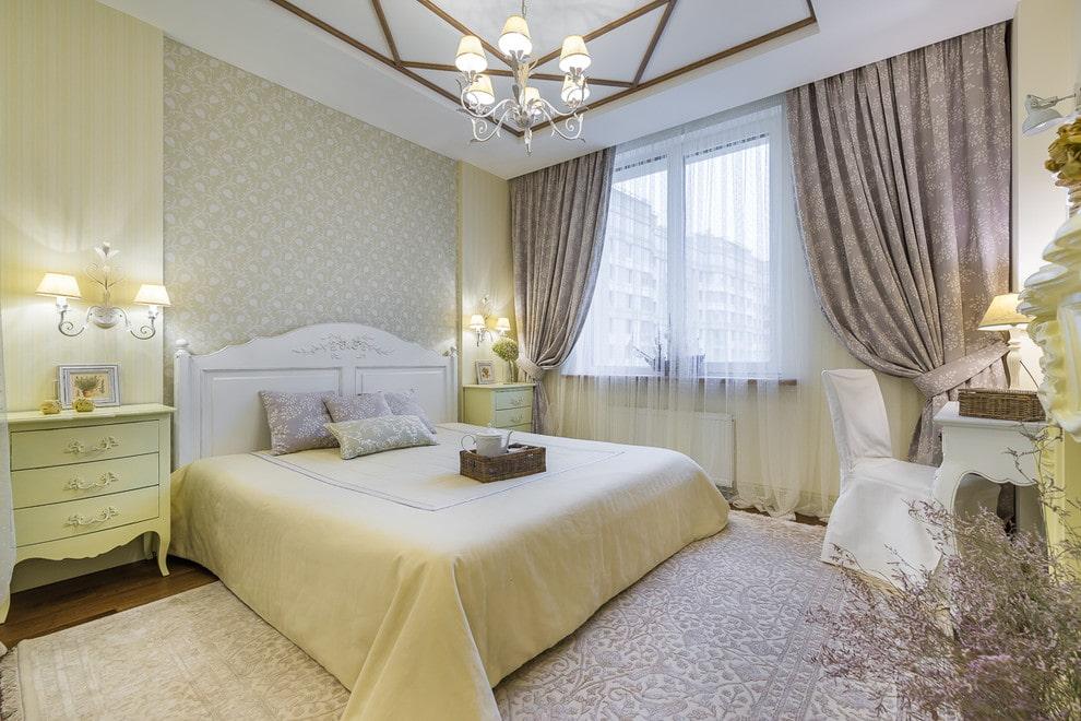 кровать в спальне белая