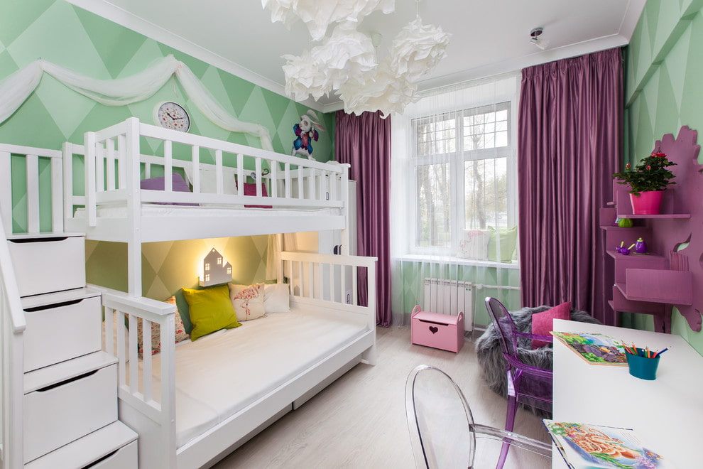 кровать в спальне детей