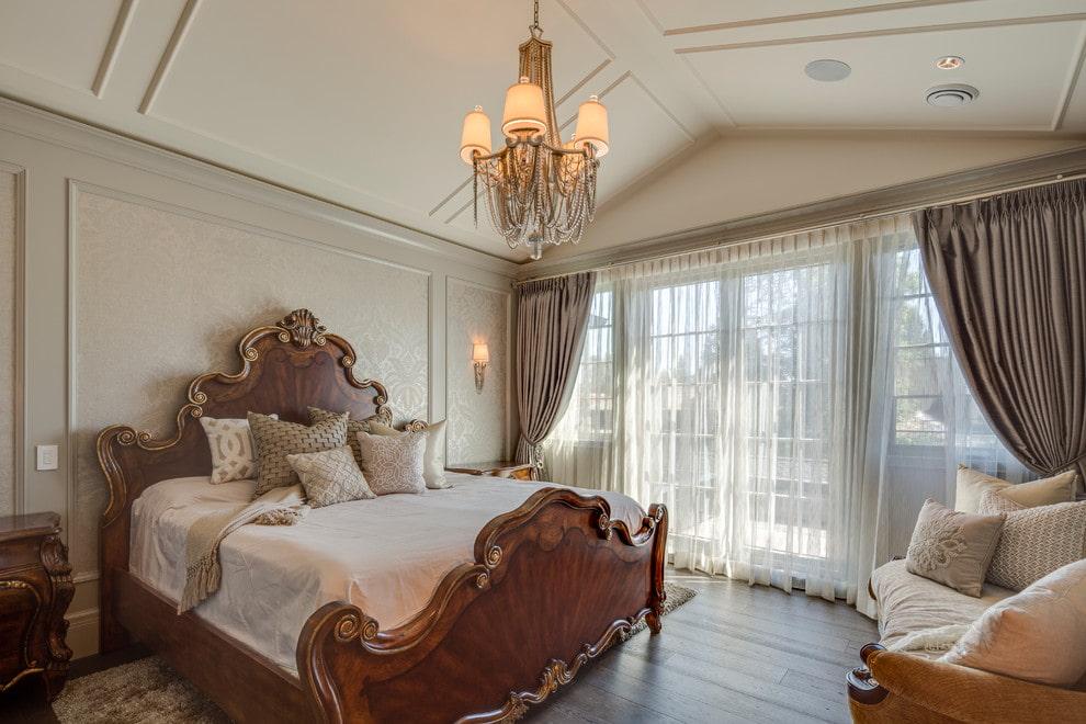 кровать в спальне из массива