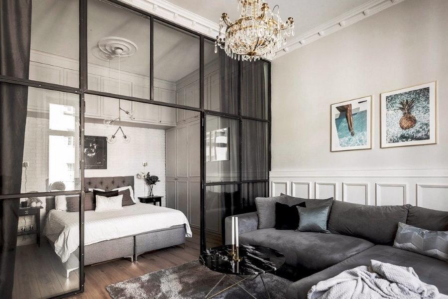 Стеклянная перегородка в спальне-гостиной современного стиля