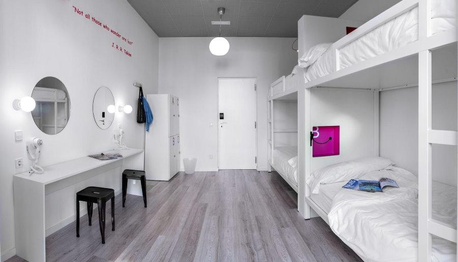 Узкие двухъярусные кровати для студентов