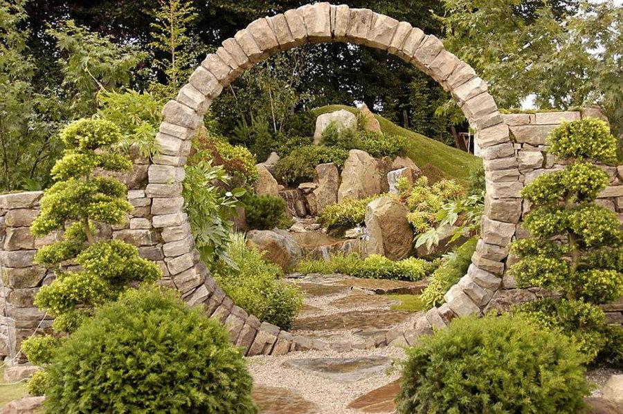 Круглая садовая арка из природного камня