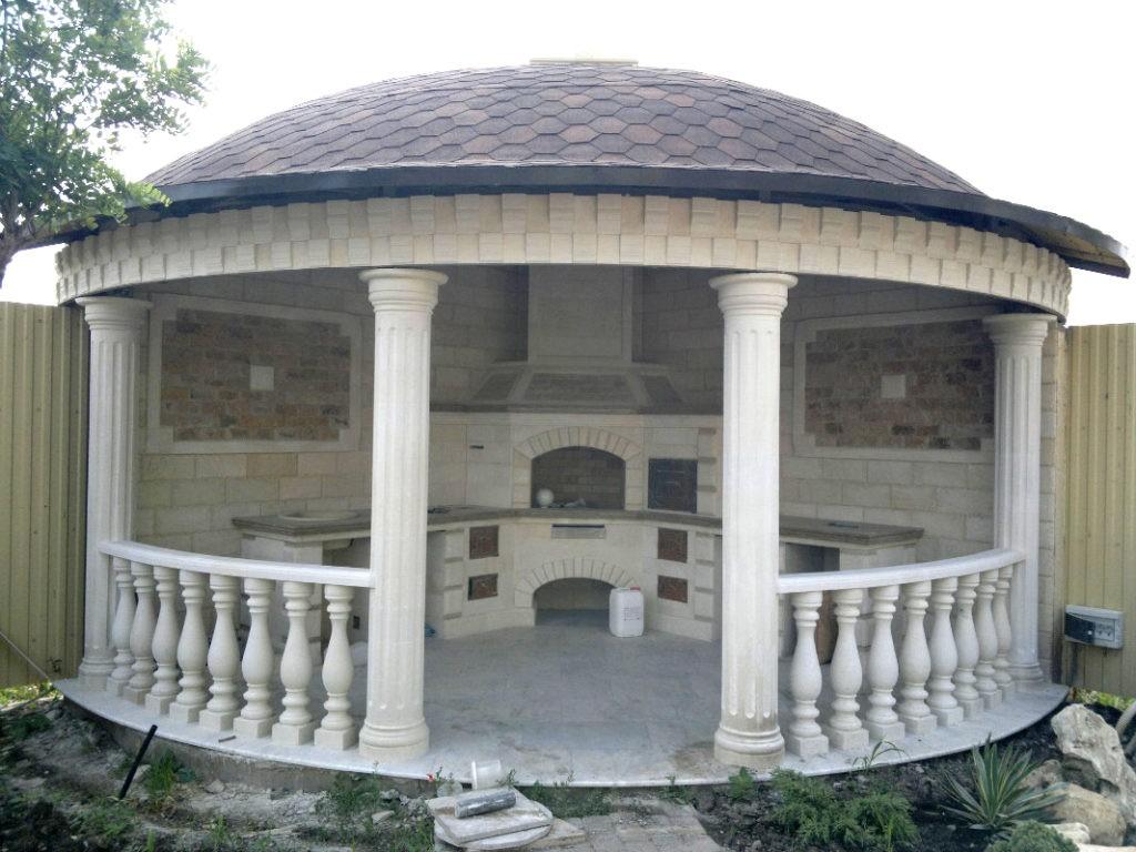 Мраморная беседка круглой формы с печью-камином