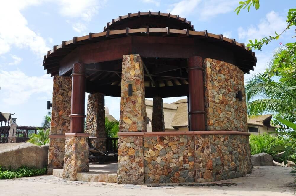Каменная беседка с круглой крышей