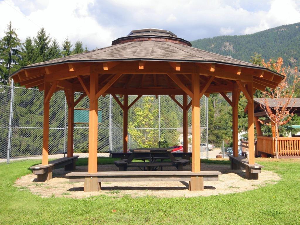 Летняя беседка круглой формы на деревянных столбах