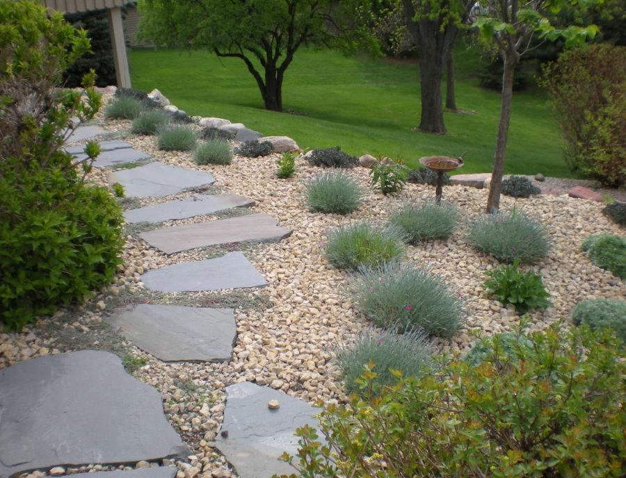 Пошаговой дорожка из плоского камня в саду восточного стиля
