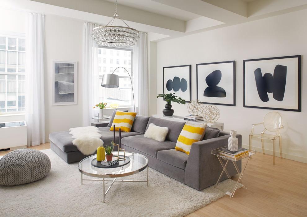 Серый диван в гостиной комнате 5 на 5 метров