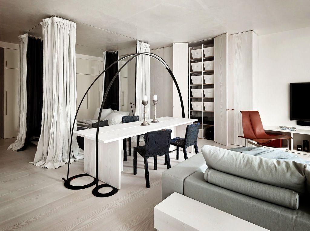 Квадратная комната с зонированием шторами спального ложе