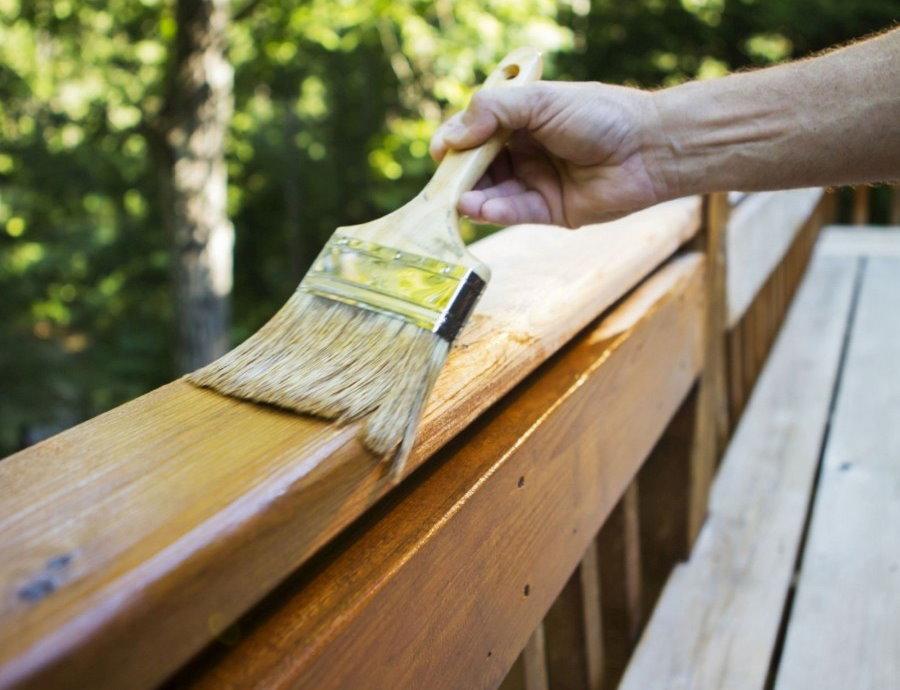 Лакировка деревянной спинки садовой скамейки