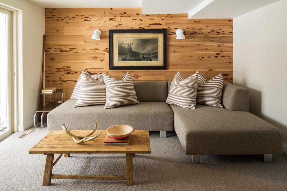 Небольшая гостиная с облицовкой ламинатом одной стены