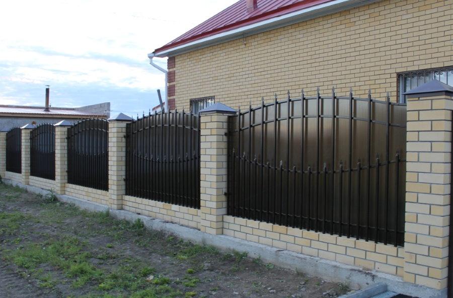 Ограждение участка забором с поликарбонатными вставками