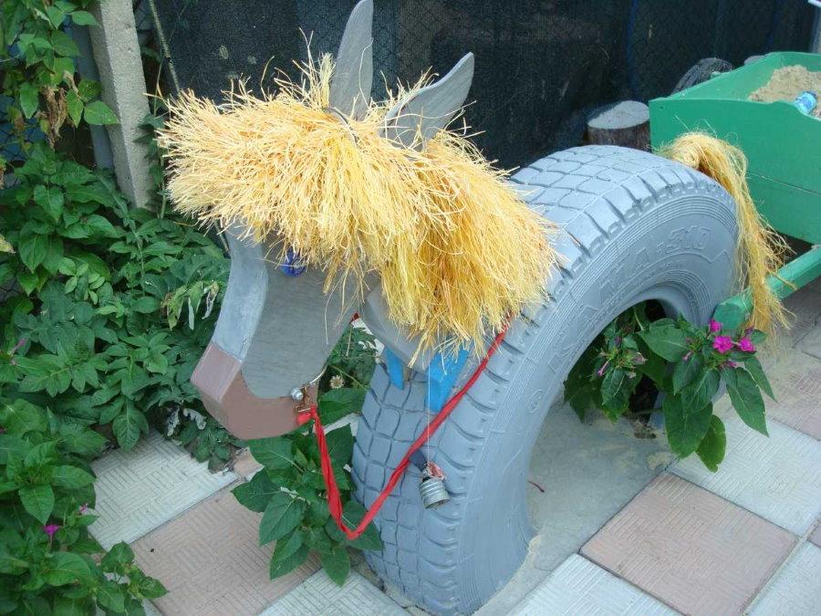 Лошадка из автомобильной покрышки и обрезков дерева