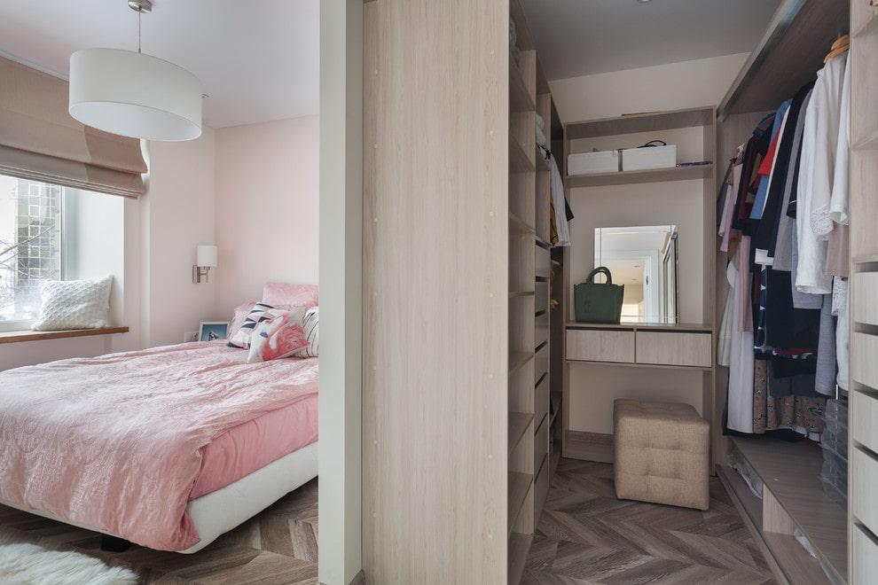 Небольшая гардеробная на входе в спальную комнату