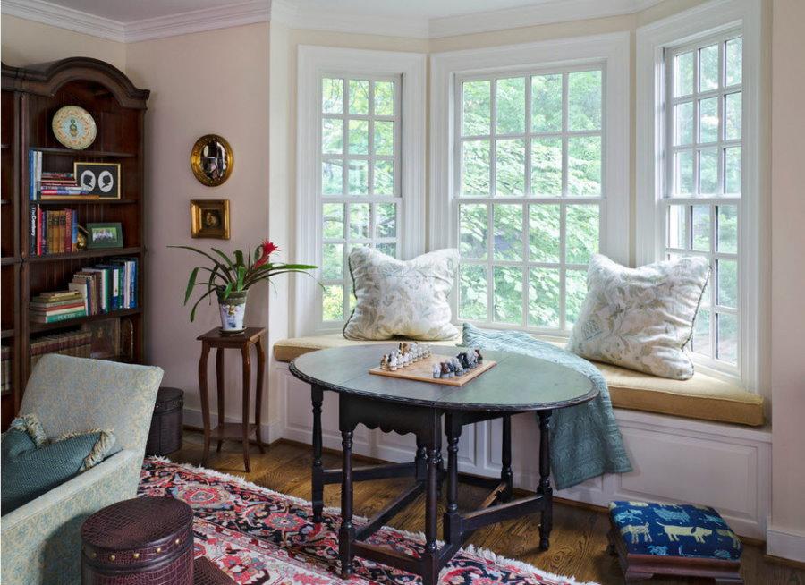 Большие окна на встроенным диванчиком