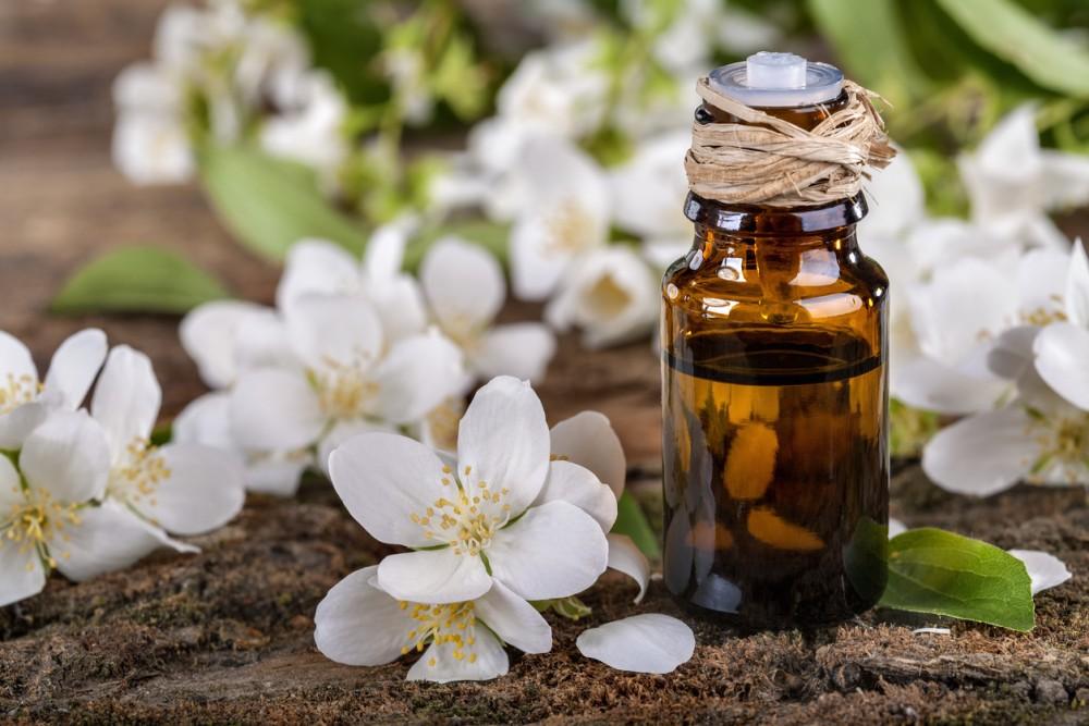 Эфирное масло жасмина в аптечном пузырьке