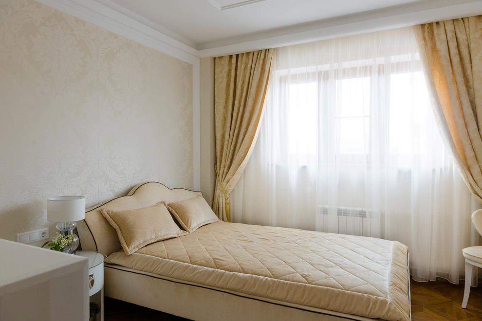 Небольшая спальня в стиле классики с мебелью под обои